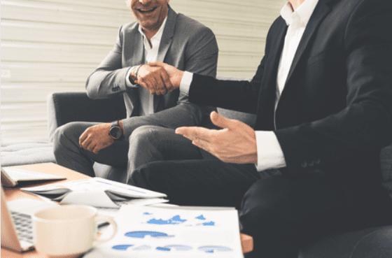 Gente de negocios discutiendo alrededor de una mesa de café